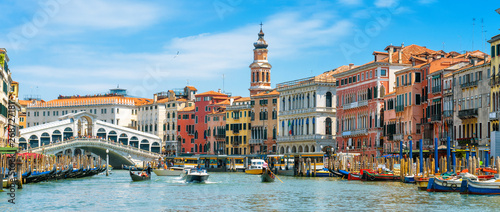 Photo sur Aluminium Piscine Rialto Bridge over Grand Canal, Venice, Italy. It is a famous landmark of Venice. Panorama of the old Venice city in summer. Cityscape of Venice with colorful houses and tourist boats on sunny day.
