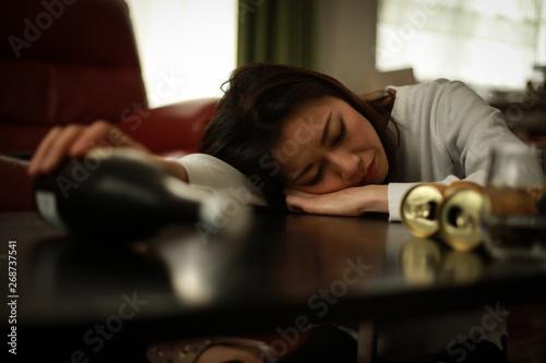 酒に酔い眠る女性 Fototapet