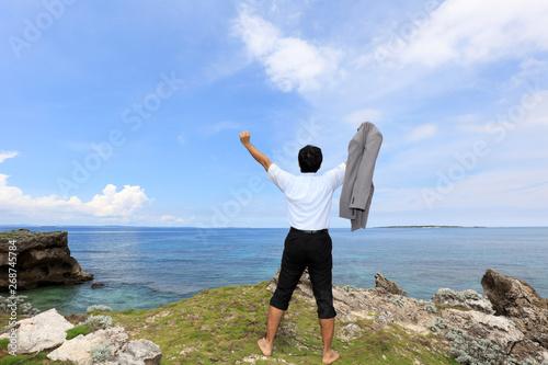 Stampa su Tela  沖縄の美しいビーチで寛ぐ男性