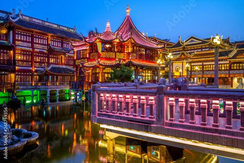 Montage in der Fensternische Shanghai night view of yu yuan garden in shanghai, china
