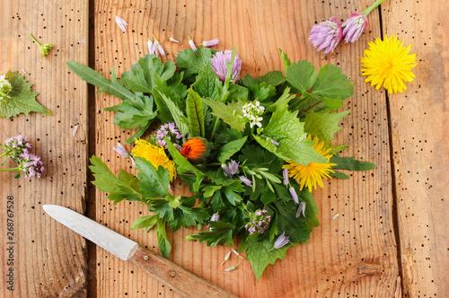 Canvas Print Wildkräutersalat Salat Wildkräuter essbare Blüten Blüte