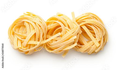 Fotografia Raw Tagliatelle Pasta Nests Isolated On White Background