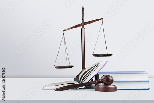 In de dag Hoogte schaal Justice Scales and books and wooden gavel on table. Justice concept