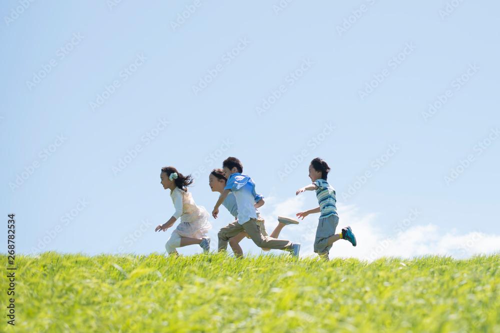 Fototapety, obrazy: 草原を走る小学生