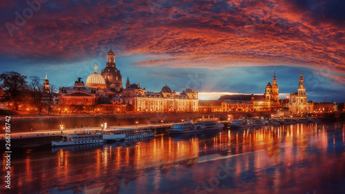 Pinturas sobre lienzo  Fantastic colorful sunset in Dresden with dramatic sky, over the Elbe river