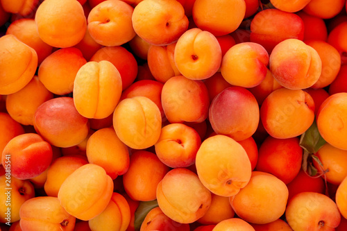 Fotografía  Fresh apricots on the marke closeup backround.