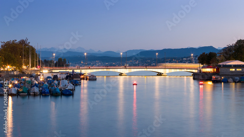 Photo  Quaibrucke or Quay Bridge across the Limmat river during sunset in Zurich