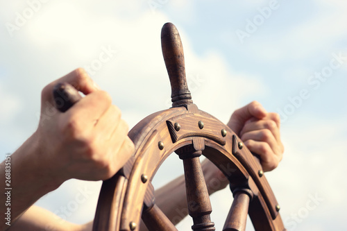 Платно Steering hand wheel ship on sky background