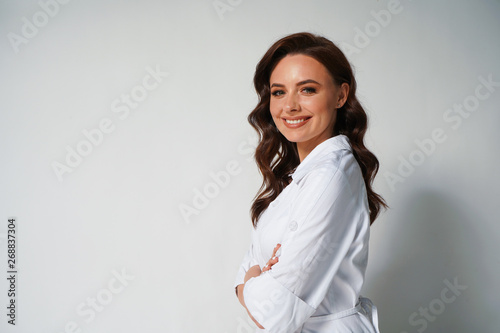 Photo  Portrait of attractive young professional doctor in white medical jacket isolated on white background