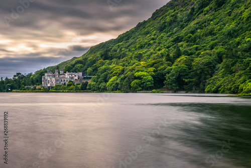 Photo Kylemore Abbey in Ireland and the Pollacapall Lough
