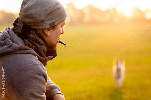 Valokuva  Erziehung und Training mit der Hundepfeife, Mann ruft Hund zurück