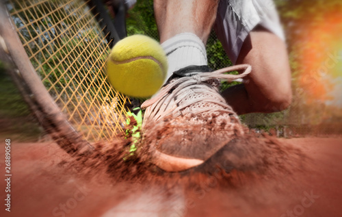 Obraz Tennis player on clay tennis court - fototapety do salonu