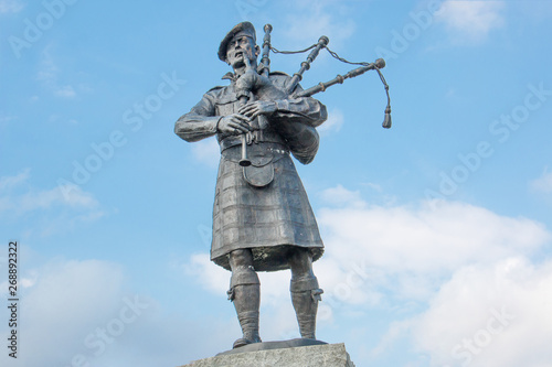 Fotomural  Memorial for the Highland Regiments bagpiper near Falls of Bruar Perth and Kinro