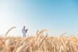 canvas print picture - Agrarwissenschaftler forscht in Weizen Testfeld und erhebt Daten