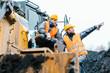 Vorarbeiter gibt Arbeiter im Tagebau Tipps und Anweisungen