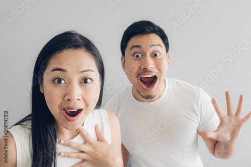 Photo Surprised and shocked couple lover in white t-shirt and grey background