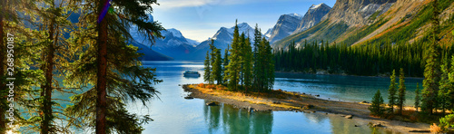 Fototapeta Panorama view Beautiful Spirit Island in Maligne Lake, Jasper National Park, Alberta, Canada obraz