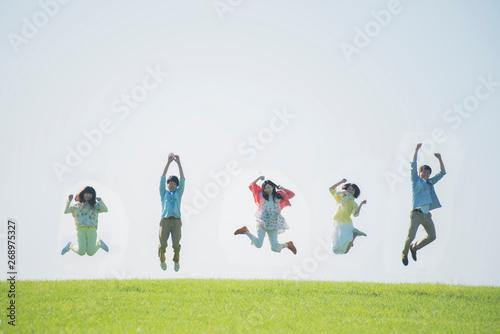 Fotografía  草原でジャンプをする大学生