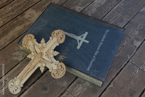 Canvastavla exorcism book on wooden floor