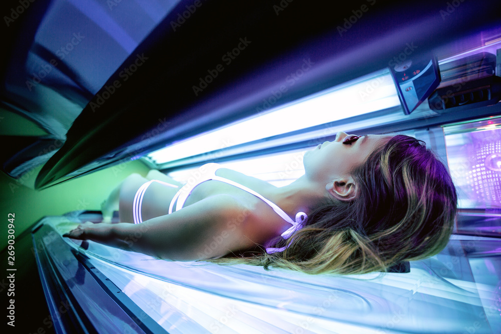 Fototapety, obrazy: Sexy girl inside a solarium