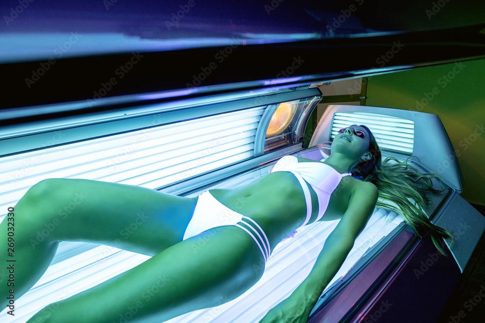 Fototapety, obrazy: Pretty girl getting a sunbed tan