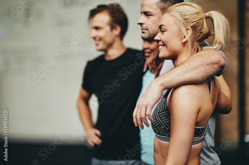 Poster Fitness Diverse friends smiling while standing in a gym together
