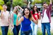 Spanische Studentin feiert mit Freunden Abschluss