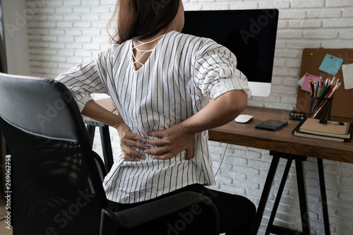 Photo  Business woman suffering from back pain in office home