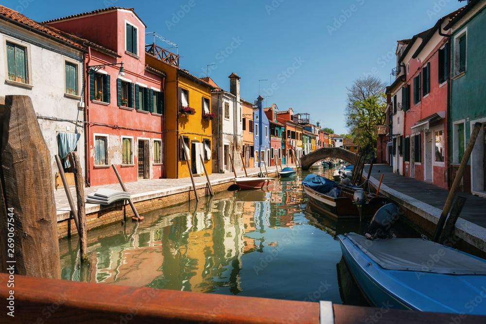 Fotografía Colorful houses in Burano close to canal, Venice, Italy