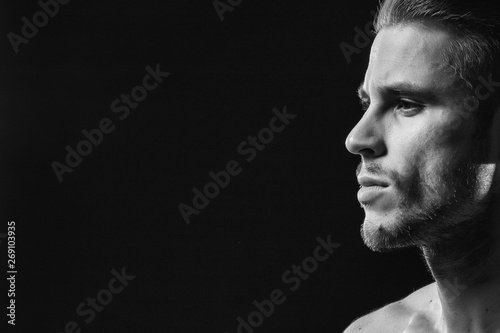 Muscular model young man with beard on dark background Fototapet
