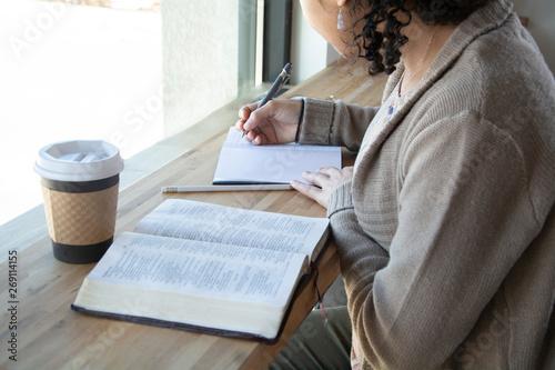 Valokuvatapetti woman makes notes while she studies her bible