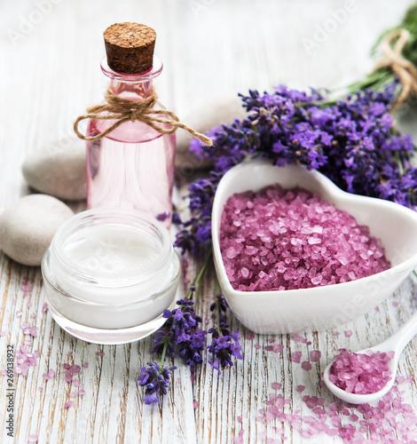 Obraz Miska w kształcie serca z solą morską, olejem i świeżymi kwiatami lawendy - fototapety do salonu