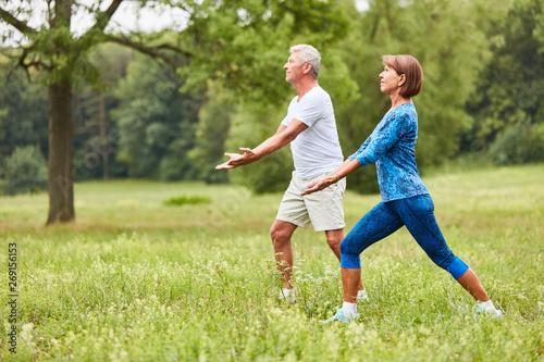 Foto  Senioren Paar macht eine Chi Gong Übung