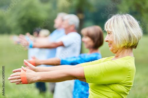 Foto auf Leinwand Texturen Senioren in der Reha mit Stretchband