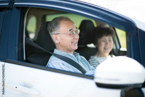 ドライブをするシニア夫婦 Fototapeta