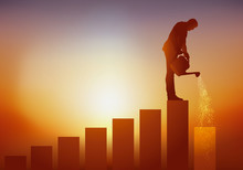 Concept De L'évolution De Carrière Et De La Progression Sur L'échelle Sociale Avec Un Homme Qui Grimpe Petit à Petit, Un Escalier En Arrosant La Marche Suivante Pour Lui Permettre D'atteindre La Place