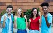 canvas print picture - Gruppenfoto mit jubelnden internationalen Jugendlichen