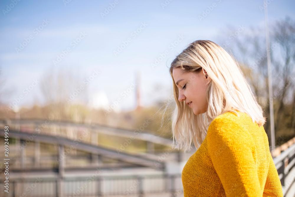 Fototapeta nachdenkliche junge Frau