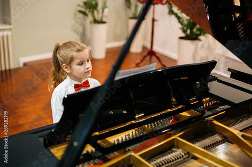 Fotografia, Obraz little girl having a piano lesson class