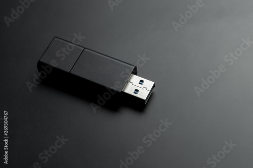 Fotografía  usb memory stick at black matte background