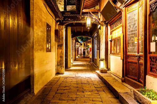 In de dag Temple Beautiful Night View of Zhouzhuang, an Ancient Town in Jiangsu Province