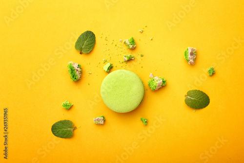 Montage in der Fensternische Macarons Tasty macaron on color background