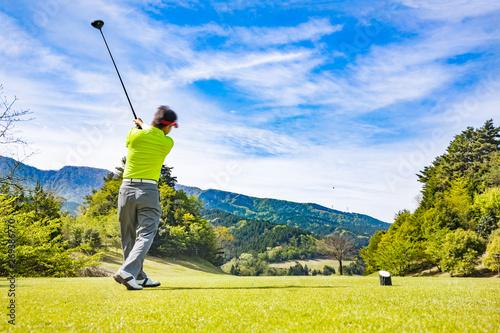 爽やかな青空とゴルフ場のティーグラウンド