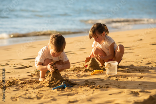 Photo  Kids making sand castle on the beach