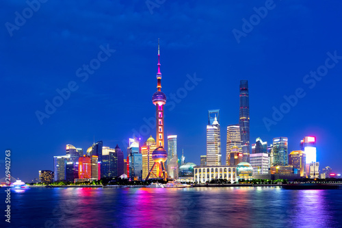 Foto op Aluminium Shanghai Cityscape of Shanghai at twilight sunset. Panoramic view of Pudong business district skyline from the Bund.