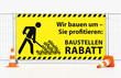Pylone Verkehrshütchen Leitkegel vor Mobilzaun Bauzaun mit gelben Banner Baustellenrabatt - Wir bauen um - Sie profitieren