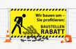 Pylone Verkehrshütchen Leitkegel vor Mobilzaun Bauzaun mit gelben Banner Baustellenrabatt - Wir bauen um - Herabfallende Prozente
