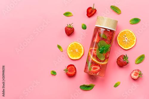 Cuadros en Lienzo Strawberry infused water, cocktail, lemonade or tea