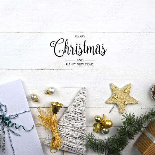 Photo Biglietto di auguri di Natale e Capodanno con decorazioni festive su sfondo bian