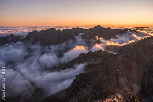 krajobraz-gor-z-inwersja-w-dolinie-o-zachodzie-slonca-jak-widac-z-rysy-peak-w-tatrach-wysokich-slowacja